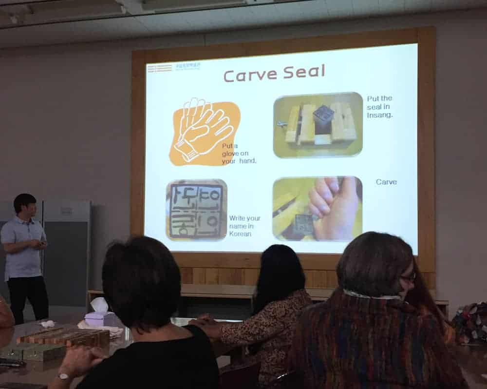 ¿Te has preguntado cómo hacer un sello coreano? Es un proceso divertido, ¡pero nada fácil! Aquí te comparto la clase que tomé en el Museo Nacional de Corea.