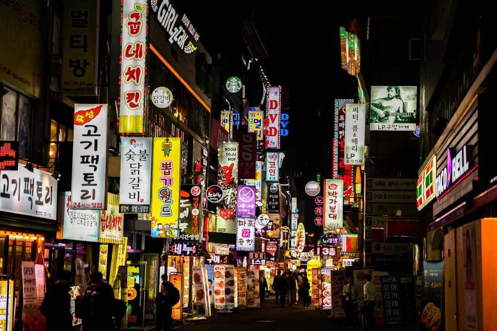 ¿Quieres trabajar en Corea? En esta entrevista encontrarás el cómo hacerlo, qué necesitas saber y cómo es la cultura laboral en Corea.