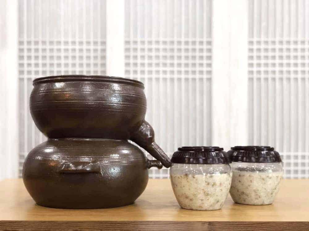 El makgeolli es una vino coreano a base de arroz y reconocido por ser la bebida alcohólica más antigua del país. Aquí te muestro cómo es que es hecho.