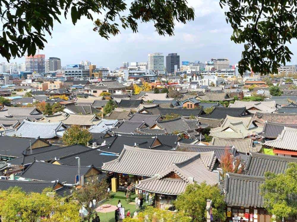 Jeonju Hanok Village es un hermoso destino popular entre los coreanos pero ignorado por los turistas. Para que no te pierdas este lado tradicional y a la vez hip de Corea, te comparto esta guía donde encontrarás qué hacer, qué comer, dónde quedarte y cómo llegar a Jeonju.