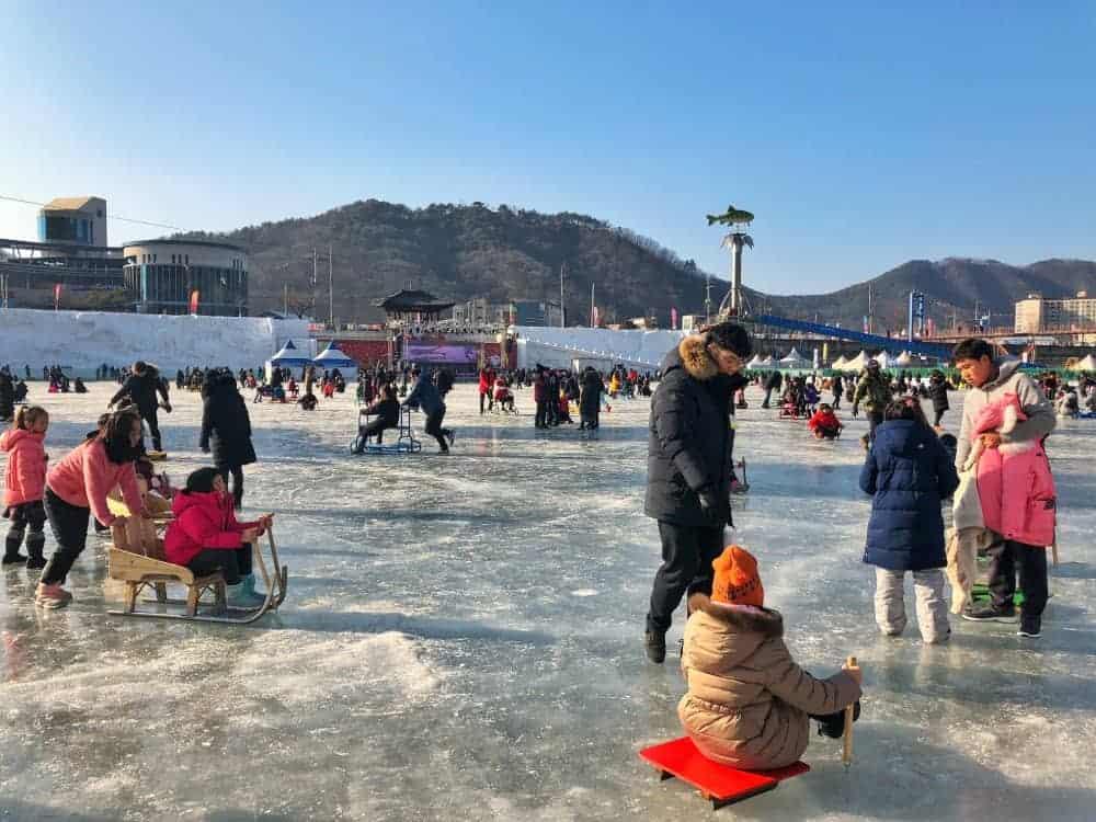 ¿Sabes qué se obtiene de la combinación entre pesca e invierno? ¡Pesca en hielo! ElSancheoneo Ice Festival se celebra en la ciudad de Hwacheon durante 3 semanas en enero.