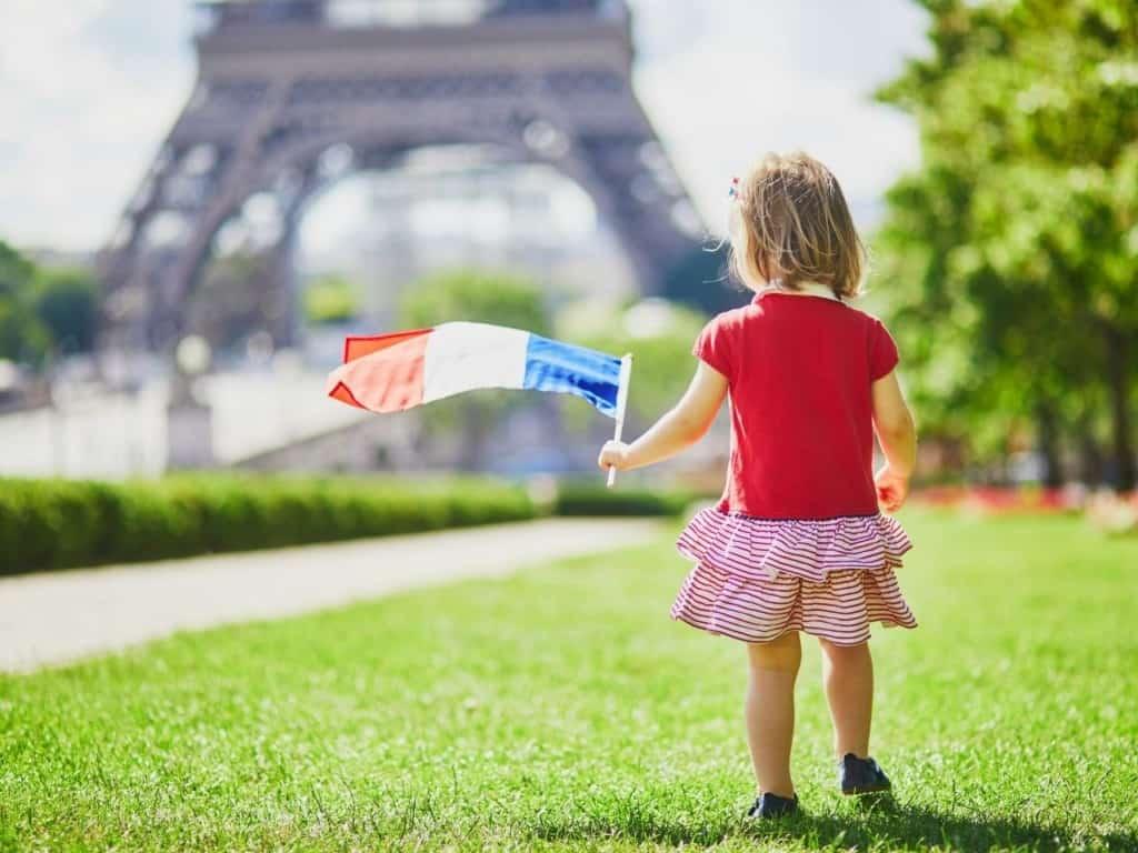 Francesa con bandera en París