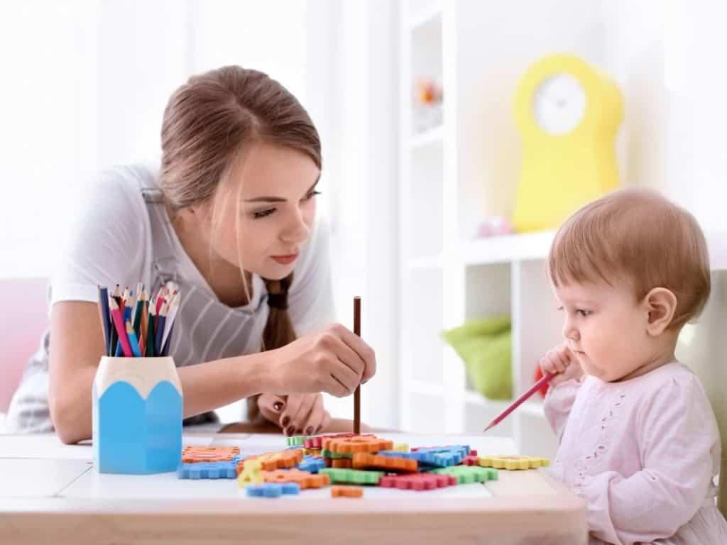 Au Pair coloreando con bebé
