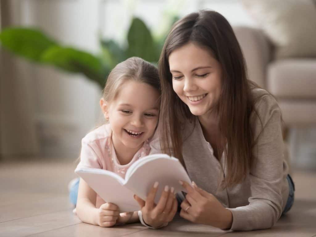Au Pair leyendo libro con niña