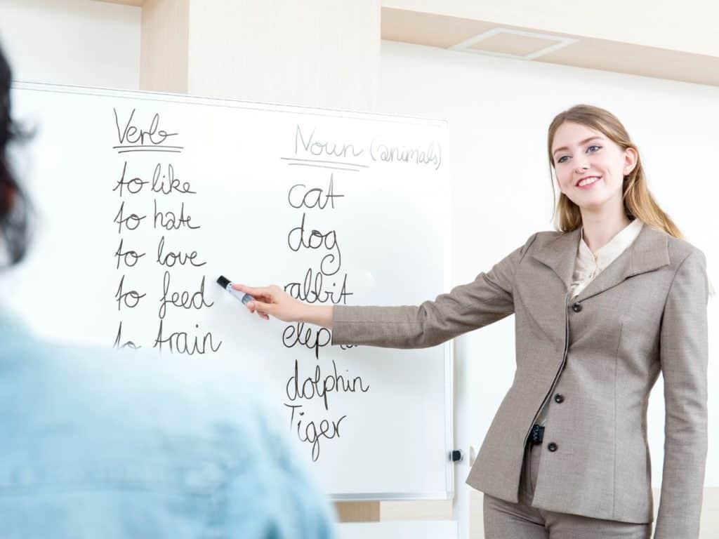 Profesora enseñando inglés