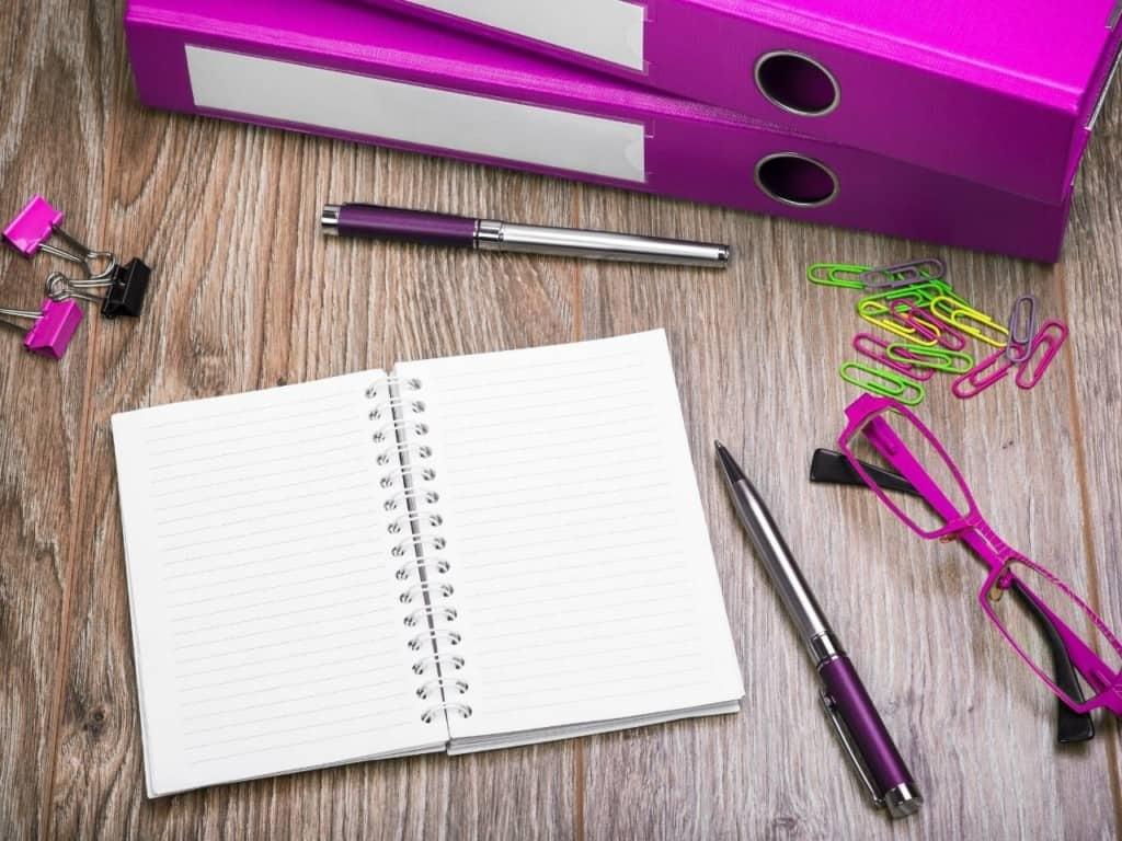 Cuaderno con lapiceros